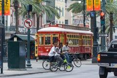 La Nouvelle-Orléans, LA/USA - vers en mars 2009 : L'Afro-Américain badine le Canal Street de croisement montant des bicyclettes à Photos stock
