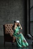 La nouvelle réalité est ici jeune femme belle dans le casque de VR, la conception de casque de VR est générique et aucun logos, f Photographie stock