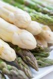 La nouvelle récolte de la saison blanche et verte de légume d'asperge au printemps, a lavé l'asperge prête à cuisiner, menu de re photos libres de droits