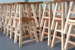 La nouvelle superposition placée de banc en bois de fabrication Photos stock