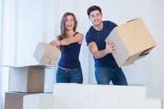 La nouvelle vie dans une nouvelle maison Le couple dans l'amour apprécie un nouvel appartement Image libre de droits