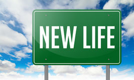 La nouvelle vie sur le poteau indicateur vert de route Image stock