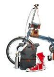 La nouvelles bicyclette et valise modernes, espadrilles, thermos Photographie stock libre de droits