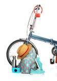 La nouvelles bicyclette et valise modernes, espadrilles, thermos Photographie stock