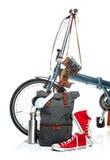 La nouvelles bicyclette et valise modernes, espadrilles, thermos Photos stock