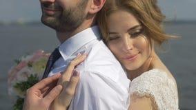 La novia abraza encariñado al novio almacen de video