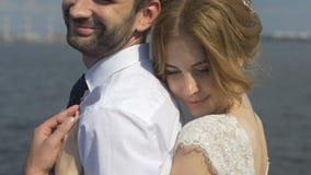 La novia abraza encariñado al novio metrajes