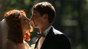 La novia abraza su cámara lenta del novio suavemente almacen de metraje de vídeo