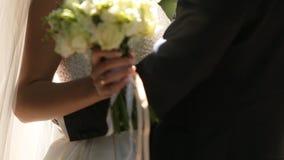 La novia abraza su cámara lenta del novio suavemente metrajes