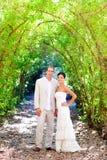 La novia acaba de casar pares en amor en al aire libre Foto de archivo libre de regalías