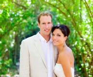 La novia acaba de casar pares en amor en al aire libre Fotografía de archivo