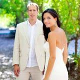 La novia acaba de casar pares en amor en al aire libre Fotos de archivo libres de regalías