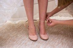 La novia calza los zapatos de la boda foto de archivo libre de regalías