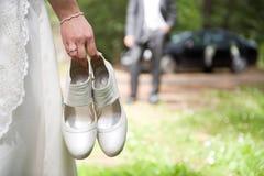 La novia camina hacia novio Fotos de archivo