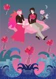 La novia con el pelo rojo magnífico y el novio que se sienta en la nube rosada están volando en sol poniente sobre el océano que  libre illustration