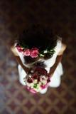 La novia con las flores fotografía de archivo libre de regalías