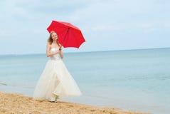 La novia con un parasol fotos de archivo libres de regalías