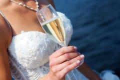 La novia con un vidrio de champán Fotografía de archivo