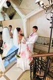 La novia de abarcamiento del novio cerca del espejo Imagenes de archivo