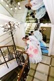 La novia de abarcamiento del novio cerca del espejo Imagen de archivo