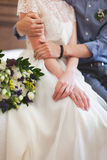 La novia de abarcamiento del novio en el vestido de boda blanco Imagenes de archivo
