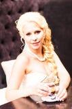 La novia de la belleza en vestido nupcial está bebiendo té dentro Muchacha modelo hermosa en un vestido de boda blanco Retrato fe Foto de archivo libre de regalías