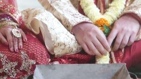 La novia del primer vierte las semillas en la chimenea antes de la purificación