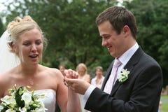 La novia el novio y la pulsera Fotografía de archivo libre de regalías