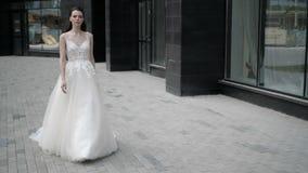 La novia elegante está tomando un paseo en la ciudad metrajes