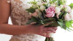 La novia en vestido de lujo está sosteniendo el ramo brillante almacen de video