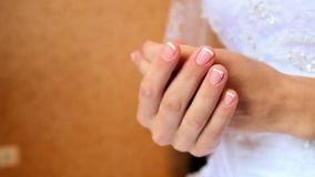 La novia en vestido lleva a cabo las manos que esperan al novio Arrival Closeup