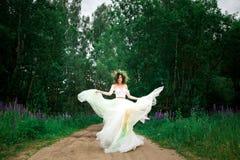 La novia está haciendo girar en su vestido Fotografía de archivo