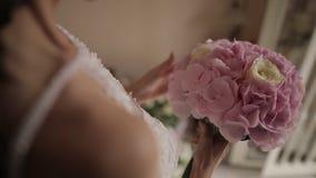 La novia está sosteniendo un ramo floral en la boda almacen de metraje de vídeo
