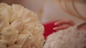 La novia está sosteniendo un ramo floral en la boda metrajes
