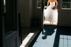 la novia está viniendo a la ceremonia Imagen de archivo