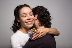 La novia feliz abraza a su novio Día de tarjeta del día de San Valentín Soldado enrollado en el ejército de la Navidad Imagen de archivo libre de regalías
