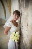La novia feliz hermosa joven la mujer en un vei imagenes de archivo