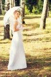 La novia hermosa camina en la naturaleza Imagenes de archivo
