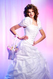 La novia hermosa con una cesta de resorte florece Fotografía de archivo libre de regalías