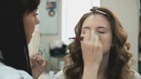 La novia hermosa consigue un maquillaje profesional almacen de metraje de vídeo
