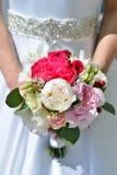 La novia hermosa está sosteniendo un ramo colorido de la boda Fotos de archivo