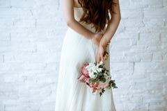La novia hermosa está sosteniendo un ramo colorido de la boda Imágenes de archivo libres de regalías