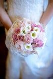 La novia hermosa está sosteniendo un ramo colorido de la boda Fotografía de archivo