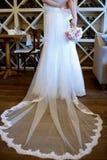 La novia hermosa está sosteniendo un ramo colorido de la boda Foto de archivo