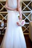 La novia hermosa está sosteniendo un ramo colorido de la boda Fotografía de archivo libre de regalías