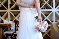 La novia hermosa está sosteniendo un ramo colorido de la boda Imagenes de archivo