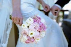 La novia hermosa está sosteniendo un ramo colorido de la boda Imagen de archivo