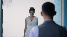 La novia hermosa va a querido en vestido de boda metrajes
