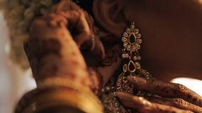 La novia hindú ajusta las flores blancas en su pelo almacen de metraje de vídeo