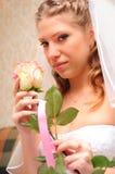 La novia huele una rosa Foto de archivo libre de regalías